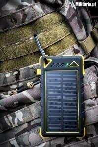 Akumulator zewnętrzny, powerbank Rugged solar przypiety do plecaka